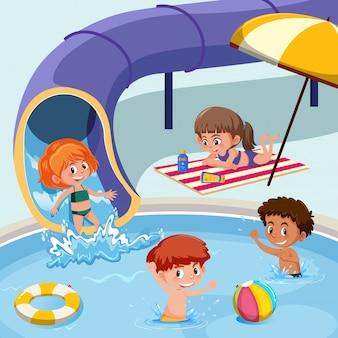 Kinder spielen am pool