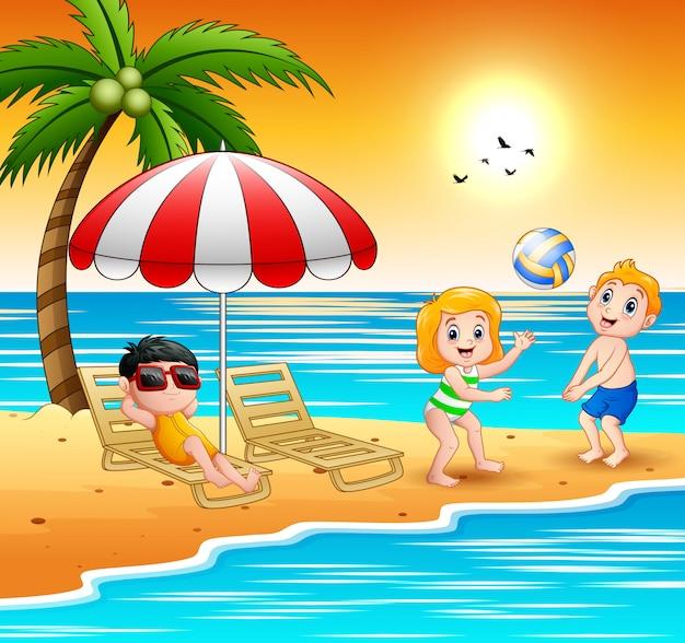 Kinder spielen am strand in den sommerferien