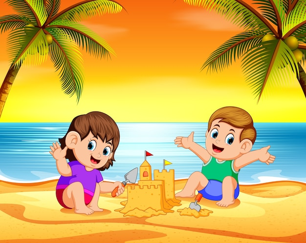 Kinder spielen am strand und machen das schloss mit dem sand