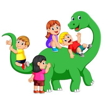 Kinder spielen auf dem apatosaurus körper