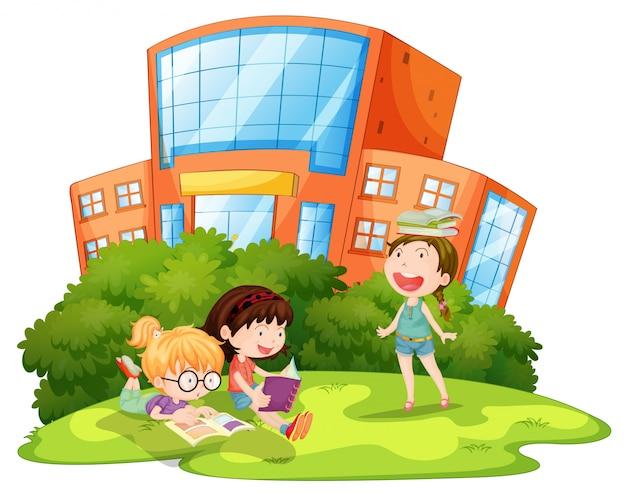 Kinder spielen außerhalb der schule