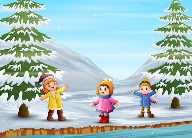 Kinder spielen draußen im winter