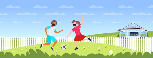 Kinder spielen fußball junge mädchen in gesichtsmasken, um coronavirus pandemie quarantäne zu verhindern