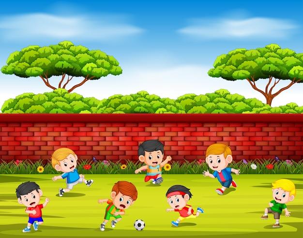 Kinder spielen fußball mit ihrem team zusammen im hof