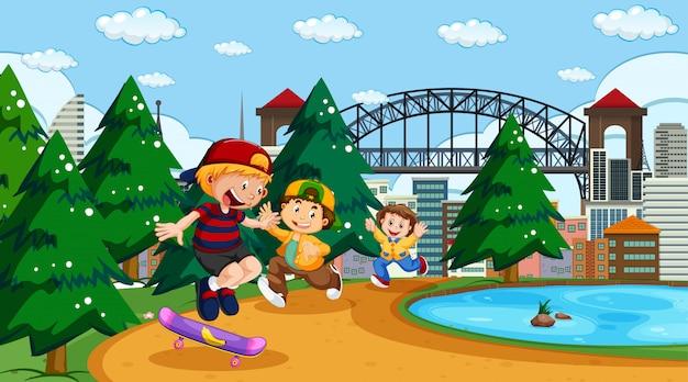 Kinder spielen im stadtpark