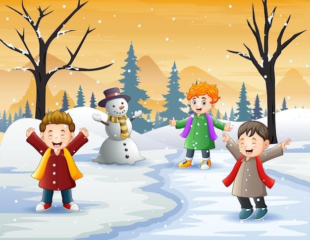 Kinder spielen im winter im freien