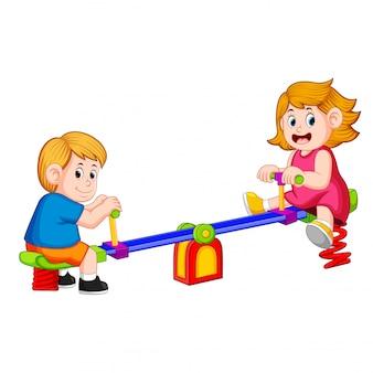 Kinder spielen mit freude gesehen