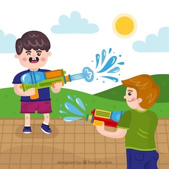 Kinder spielen mit wassergewehren im partk