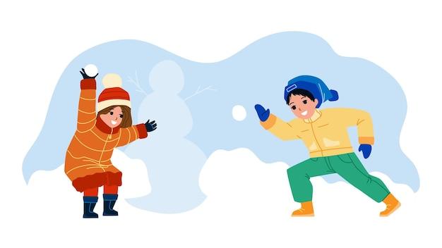 Kinder spielen mit winterschneebällen zusammen vektor. jungen und freundinnen spielen im winter saisonspiel schneebälle kämpfen. charaktere bruder und schwester lustige aktive zeit flache cartoon-illustration