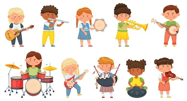 Kinder spielen musikinstrumente, kinderorchestermusik-hobby. nette jungen- und mädchenmusiker, die auf gitarre, schlagzeug, geigenvektorsatz spielen. fröhliche verschiedene charaktere mit unterhaltung
