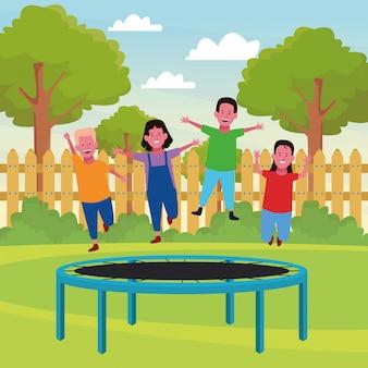 Kinder spielen und lächeln