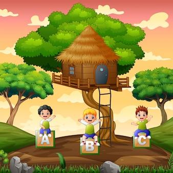 Kinder spielen unter dem baumhaus