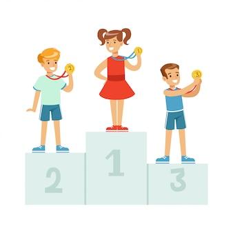 Kinder stehen auf dem siegerpodest mit medaillen, glückliche athletenkinder auf sockelkarikaturillustration