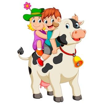 Kinder steigen in die kuh ein und reiten, wenn der junge das horn hält