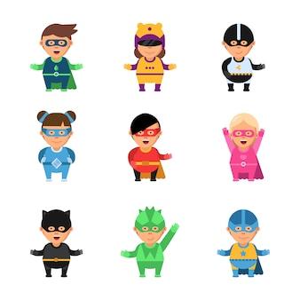 Kinder superhelden. 2d-spielcharaktere der karikatur von helden in den tapferen komischen supmaskottchen der netten männlichen und weiblichen maske