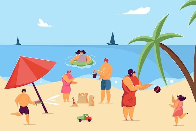 Kinder und eltern haben spaß am strand. kind, das sandburg macht, kindschwimmen in der flachen vektorillustration des wassers. sommer, kindheit, urlaubskonzept für banner, website-design oder landing-webseite