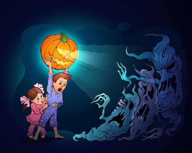 Kinder verteidigen sich mit jack-o-lantern gegen albträume. bild. schwester versteckt sich hinter dem rücken ihres bruders, der einen geschnitzten kürbis über seinen kopf hob, um die gruseligen geister abzuschrecken.