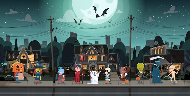 Kinder, welche die monster-kostüme gehen in stadttricks oder festlichkeits-glückliches halloween-fahnen-feiertags-konzept tragen