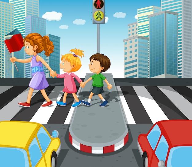 Kinder, welche die straße am zebrastreifen kreuzen