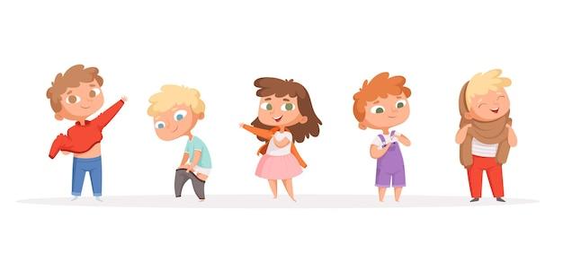 Kinder ziehen sich um. kinder, die hosen und schuhe anziehen eltern helfen und lehren lustige völker der karikatur. kind nehmen kleidung und tragen illustration