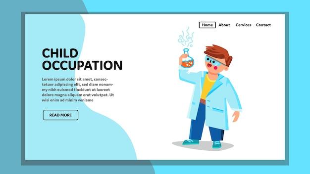 Kinderberuf und wissenschaftliche entwicklung vektor. kid boy holding flask mit chemischer flüssigkeit und forschung, kinderberuf und studium in der schule. charakter-web-flache cartoon-illustration