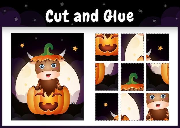 Kinderbrettspiel schneiden und kleben mit einem süßen büffel im halloween-kürbis