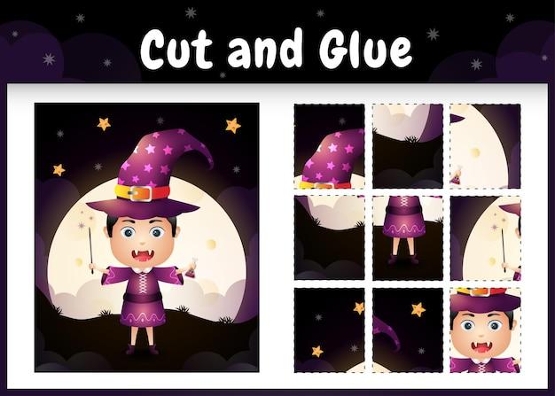 Kinderbrettspiel schneiden und kleben mit einem süßen jungen im halloween-kostüm