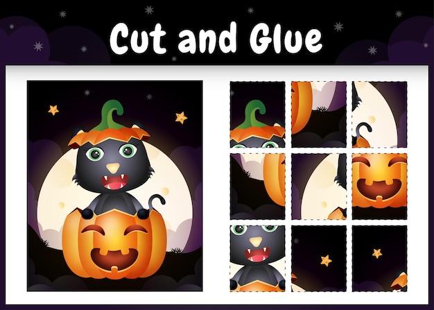 Kinderbrettspiel schneiden und kleben mit einer süßen schwarzen katze im halloween-kürbis