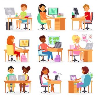 Kindercomputerkind, das lektion auf laptop bei schulillustrationssatz des schulmädchens und der schuljungen-lernklasse studiert, die im klassenzimmer auf weißem hintergrund sitzen