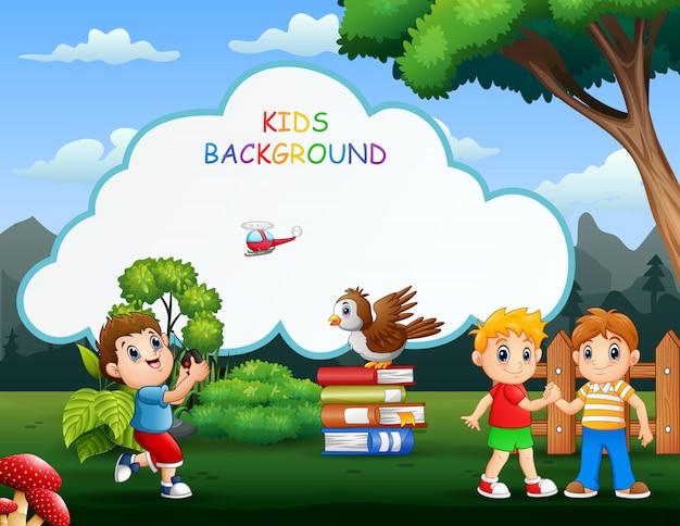 Kinderhintergrundschablone mit den spielenden glücklichen jungen