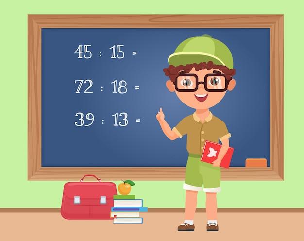 Kinderjunge student, der mathematik im klassenzimmer studiert, der an der tafel steht, um übung zu schreiben