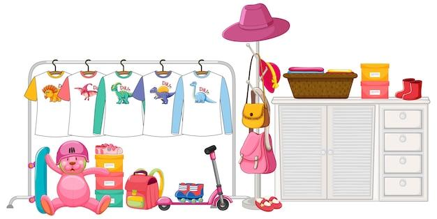 Kinderkleidung hängt am kleiderständer mit zubehör