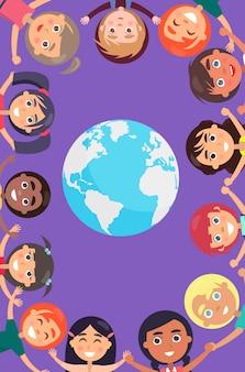 Kinderköpfe und angehobene hände um erdplaneten. glücklicher internationaler kindertag.