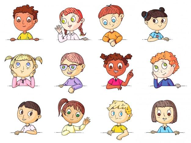 Kinderporträts. nette multiethnische kinder, die gestikulieren und hände winken, die über leeres bannerset spähen. lächelnde und nachdenkliche kinderporträt-gesichtsausdrucksammlung. emotionen in der kindheit