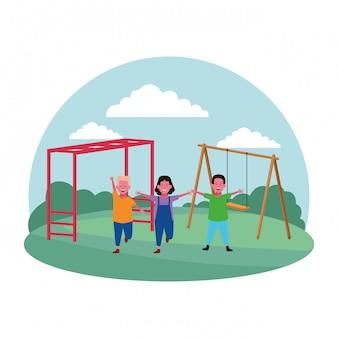 Kinderzone, mädchen und jungen auf dem spielplatz mit schaukelspielplatz