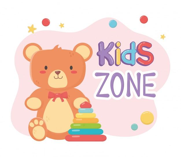 Kinderzone, teddybär und plastikpyramidenspielzeug