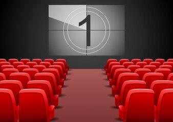Kinoauditorium mit roten Sitzen und Filmleinwand