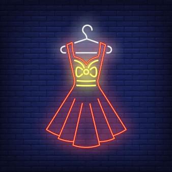 Kleid auf kleiderbügel leuchtreklame.