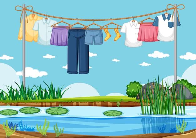 Kleidung, die außenhintergrund trocknet und hängt