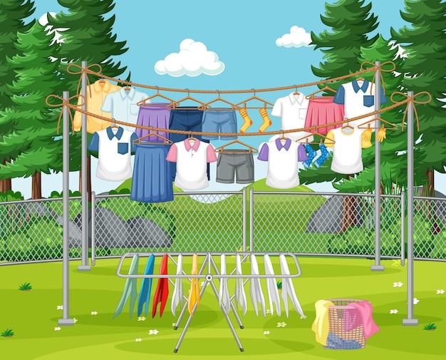Kleidung hängt online im hof