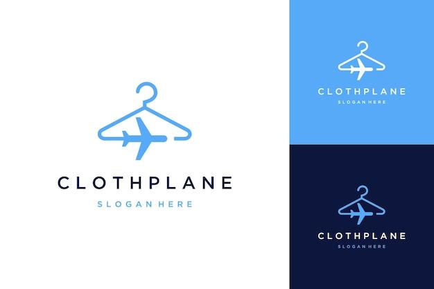Kleidungsdesign logo oder kleiderbügel mit dem flugzeug