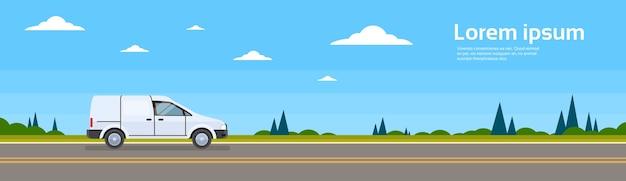 Kleinbus-auto auf straße frachtversandbus