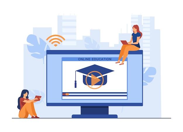 Kleine frauen, die online am computer lernen