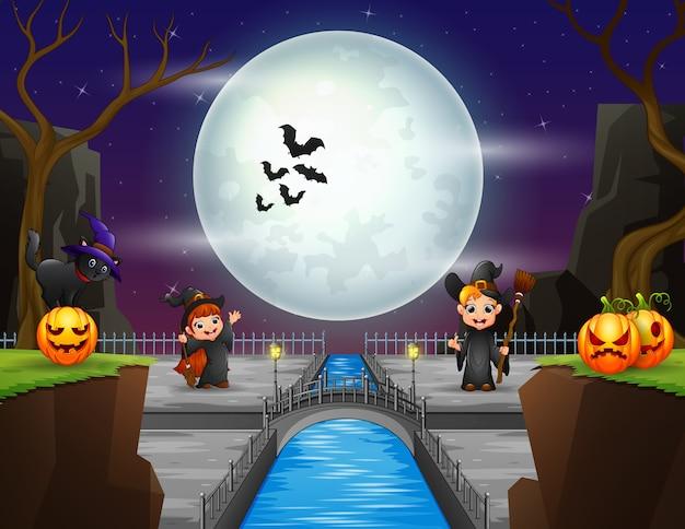 Kleine hexe, die in der halloween-nacht spielt