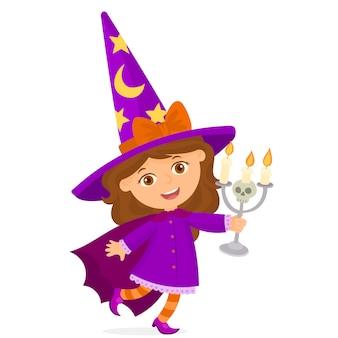 Kleine hexe hält in ihren händen einen kerzenhalter mit einem schädel