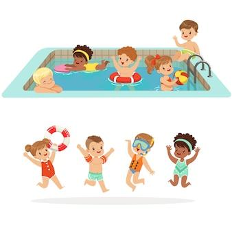 Kleine kinder, die spaß im wasser des pools mit schwimmern und aufblasbaren spielzeugen im bunten badeanzug-satz von glücklichen niedlichen zeichentrickfiguren haben