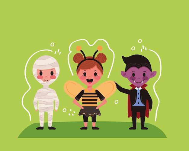 Kleine kinder mit halloween-kostümcharakteren im grünen hintergrund