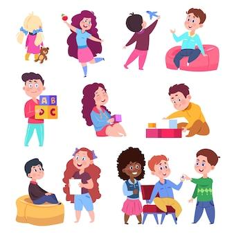 Kleine kinder spielen mit spielzeug und chat-set