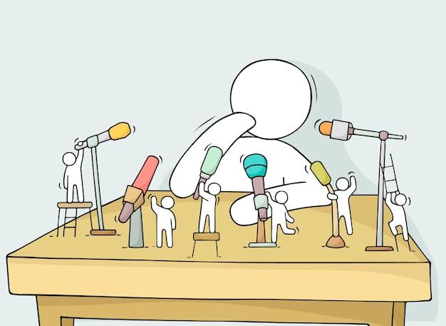 Kleine leute der karikatur mit mikrofonen. doodle süße miniaturszene über konferenz. handgezeichnete vektorillustration für geschäfts- und mediendesign.