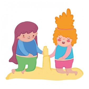 Kleine mollige mädchen, die im sandkasten spielen